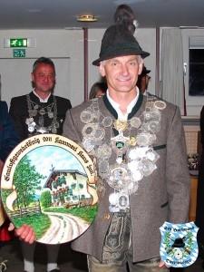 Hans Hammerl mit seiner Schützenscheibe am Gauball 2011